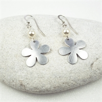 Picture of Aluminium Flower & Pearl Earrings JE49B